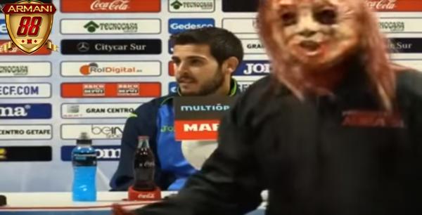 Pemain Barca Mengenakan kostum hallowen lewat di depan rodriguez