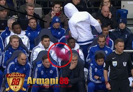 Diego Costa melempar baju ke Mourinho copy