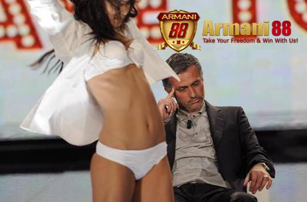 jose mourinho dengan gebrakan mourinho cool di depan cewe seksi
